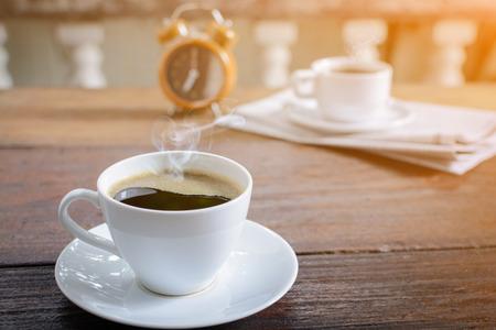 koffie kop klok en nieuws papier op oude houten tafel natuur achtergrond de goede morgen