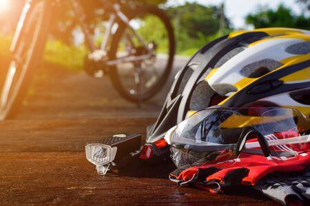건강한 운동을하는 톱 나무에 자전거 장비를 세우다.