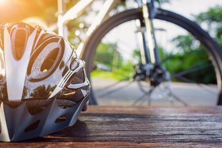 zapatos de seguridad: Fije el equipo de la bicicleta en una madera superior con los deportes sanos
