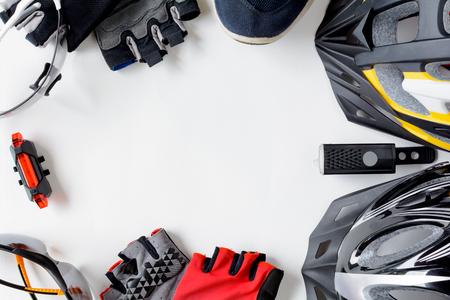 健康的なスポーツとホワイト ペーパーの背景に自転車の機材をセットします。
