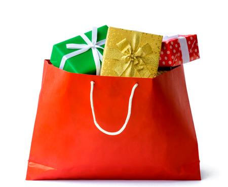 Cajas de regalo en aislante rojo del bolso y fondo blanco. centro comercial con la temporada de vacaciones Foto de archivo - 89426094