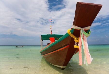 horizont: A Long Tail Boat on Haad Salat Beach in Koh Pangan, Thailand