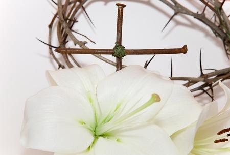lirio blanco: Corona de Espinas, el crucifijo y la Pascua lirio blanco sobre fondo blanco