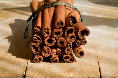 cannelle: Cinnamon Sticks  on wooden surface Stock Photo