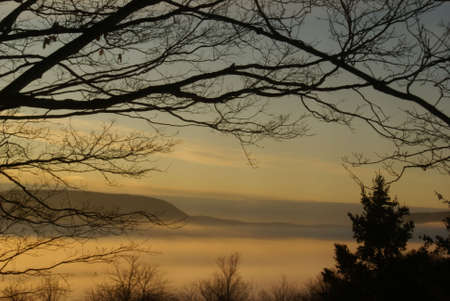 Winter zons opgang op de vallei van Fog Stockfoto
