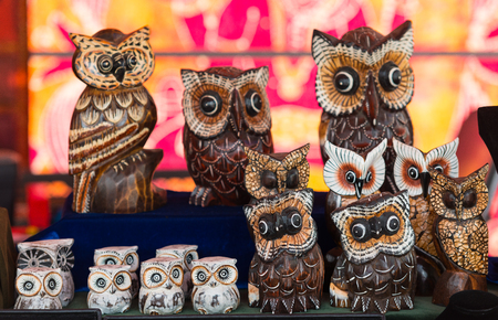 statuettes: Collection of owl statuettes at market Stock Photo