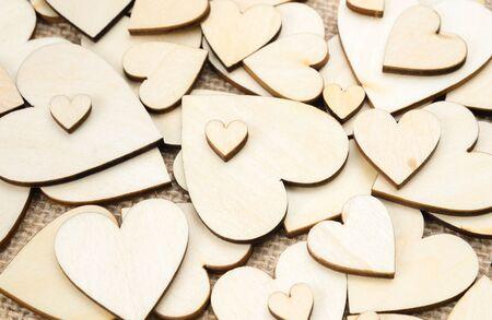 Corazones de madera en el fondo de la textura de la arpillera, fondo de San Valentín Foto de archivo - 71244284