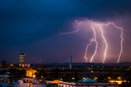 도시 Badajoz, Extremadura, 스페인에 걸쳐 번개 폭풍