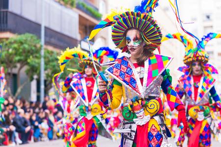 Badajoz, España, domingo. Febrero.26. 2017 Participantes en trajes coloridos participan en el desfile de carnaval de Badajoz 2017