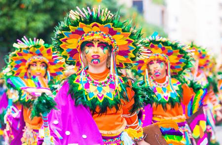 Badajoz, Espanha, domingo. 26 de fevereiro 2017 Participantes em trajes coloridos participam do desfile de carnaval em Badajoz 2017 Foto de archivo - 92465871