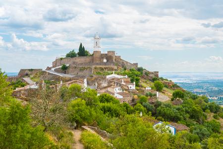 Die mittelalterliche Burg von Monsaraz im Alentejo, Portugal.