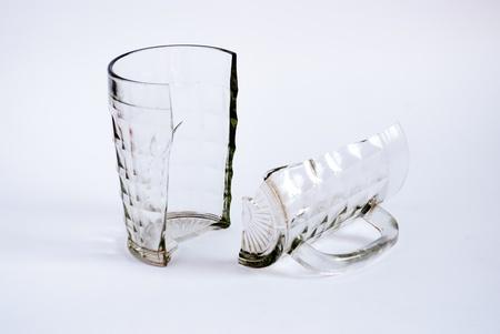 breakage: Jarra de cerveza en dos partes sobre un fondo blanco.