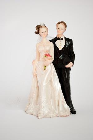 muneca vintage: Figura de novios para el pastel de boda en un fondo gris.