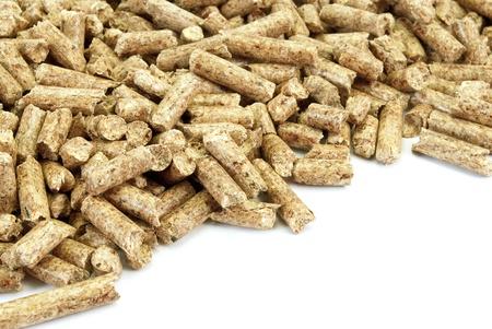 biomasa:  Fragmento de la gran pila de Pellet, aislado sobre fondo blanco.