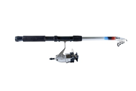 Canne à pêche avec moulinet, isolé sur fond blanc.