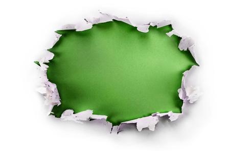 Doorbraak papier gat met groene achtergrond, geïsoleerd op wit.