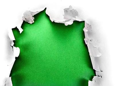 bursts: Breakthrough foro di carta con sfondo verde, isolato su bianco.