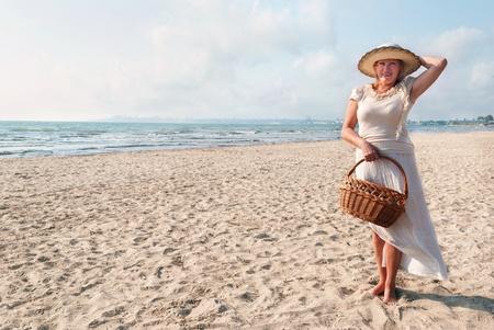 mujer sola: Retrato de la mujer madura disfrutando de sus vacaciones en la playa