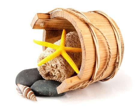 wisp: Kleine spa set van houten bascket, bosje, zeeschelp, stenen en seastar geïsoleerd op wit.