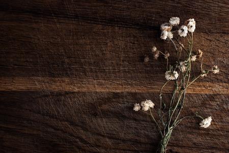 flores secas: Ramo de flores secas en un fondo de madera.