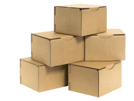 kleine kartonnen dozen op wit Stockfoto