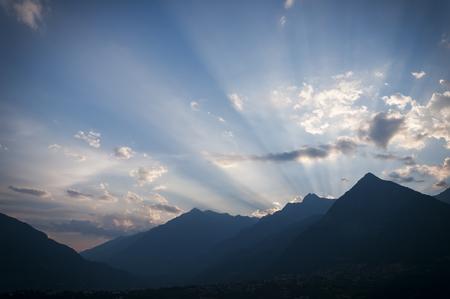 Zonnestralen achter de bergen