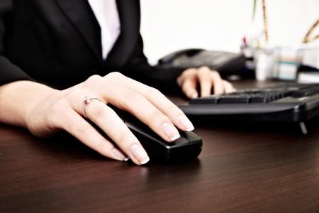 Werken op de computer Focus is op de hand muis achtergrond is onscherp
