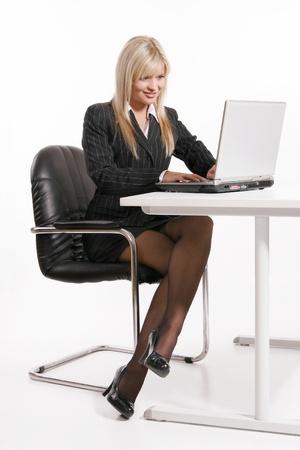 Jonge blonde vrouw die met laptop Stockfoto