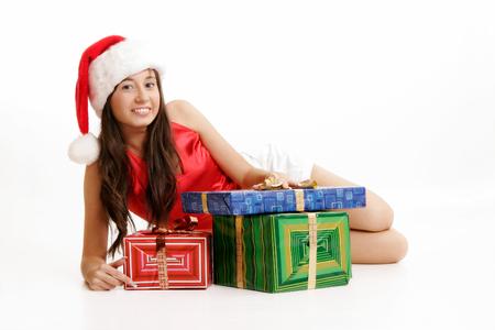 Niña de santa con cajas de regalo