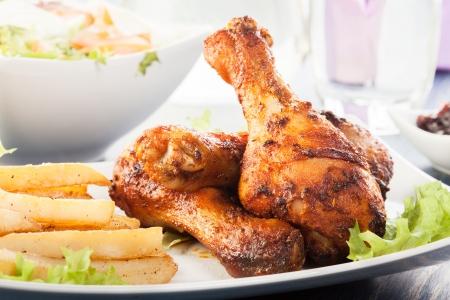 pollo frito: Muslos de pollo enfoque selectivo