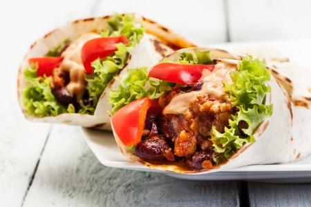 Burrito Tortilla met vlees en bonen op een tafel