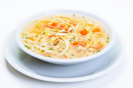 sopa de pollo: Caldo - sopa de pollo con fideos en un plato Foto de archivo