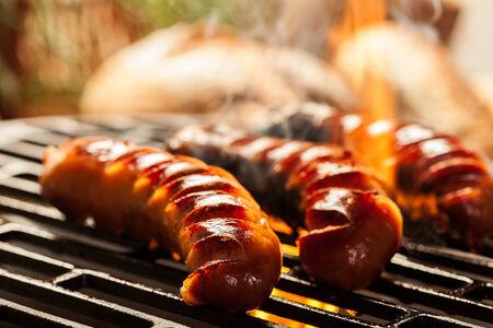 Griller les saucisses sur le barbecue grill. Mise au point sélective