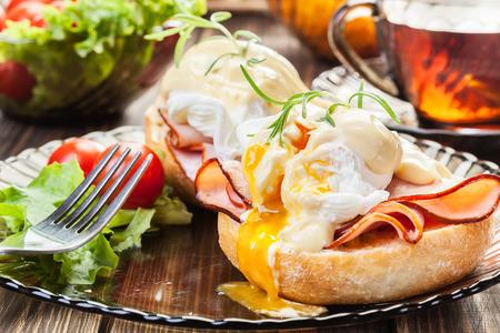 Eggs Benedict op geroosterd muffins met ham en saus