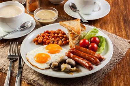Engels ontbijt met worst, eieren en bonen