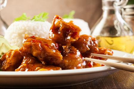 nuggets pollo: Piezas de pollo frito en masa con salsa agridulce