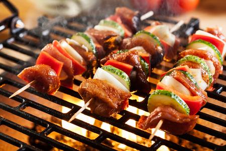 Grillen shashlik op barbecue. Selectieve aandacht