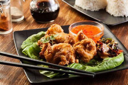 nuggets pollo: Piezas de pollo frito en masa en un plato Foto de archivo