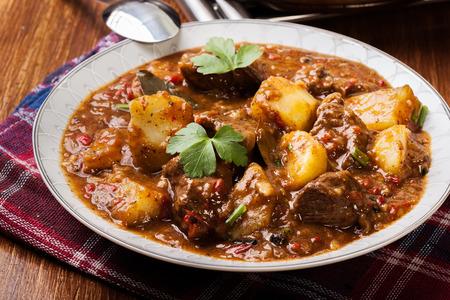 carne de res: estofado de ternera con patatas en una placa
