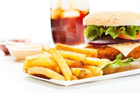sandwich de pollo: Hamburguesa de pollo y un vaso de cola con hielo Foto de archivo