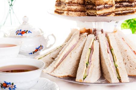 High tea set met dessert. Focus op sandwich