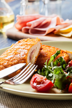 Kotelet Cordon Bleu met salade op een bord Stockfoto - 42664499