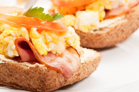 scrambled eggs: Sandwich with scrambled eggs and bacon. Selective focus. Stock Photo