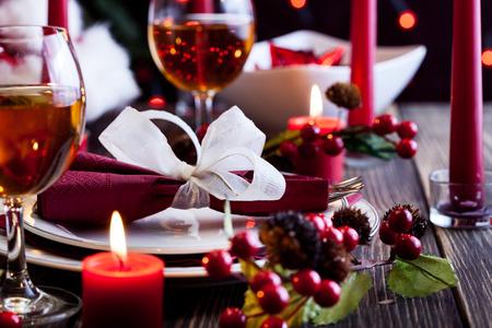 velas de navidad: Vajilla de Navidad en la mesa de madera