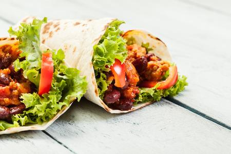 Tortilla met vlees en bonen op een tafel Stockfoto - 46211014