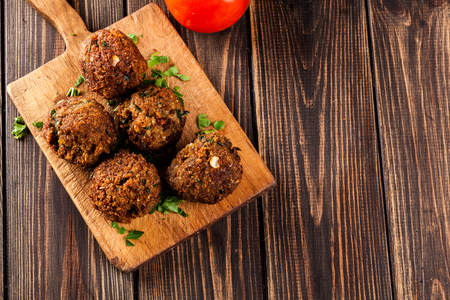 comida arabe: bolas de falafel de garbanzos en un plato con verduras