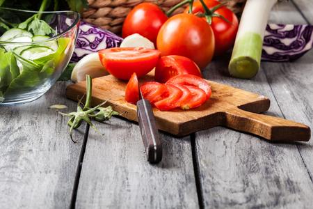 Gehakte groenten: tomaten op snijplank. selectieve aandacht Stockfoto - 47521736