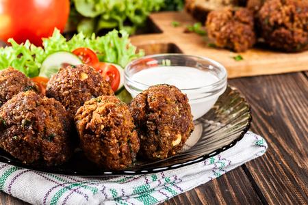 Kikkererwt falafel ballen op een bord met groenten