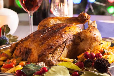 comida de navidad: Pollo al horno todo para la cena de Navidad en la mesa de fiesta