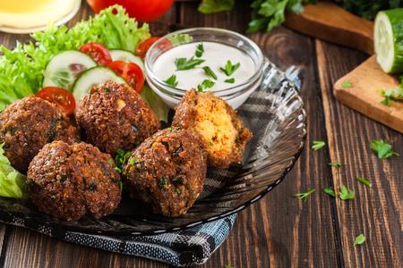 arabic food: bolas de falafel de garbanzos en un plato con verduras